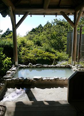 明星ヶ岳の大文字焼きが見える 貸切露天風呂 1,080円/45分(予約制)